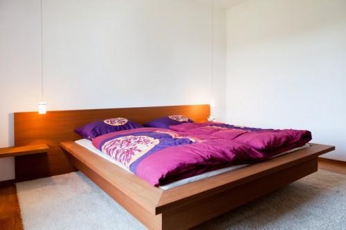 Kusový koberec kolem postele v ložnici, zdroj: shutterstock.com