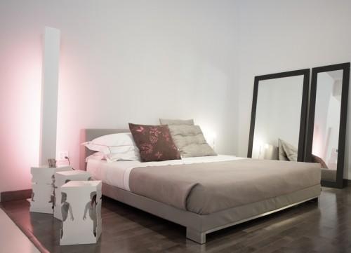 Jednoduchá a účelně zařízená ložnice, zdroj: shutterstock.com