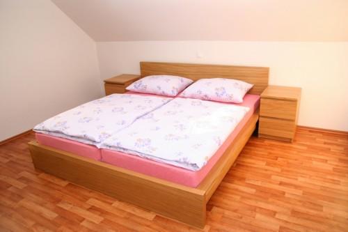 Dýhované dřevotřískové postele trápí uvolněné šrouby, zdroj: shutterstock.com