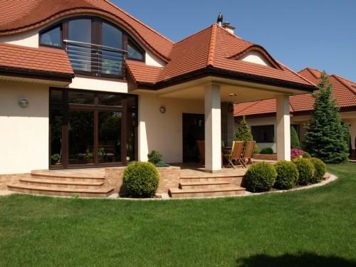 Běžná česká okrasná zahrada zahrnuje kombinaci trávníku a dřevin, zdroj: shutterstock.com